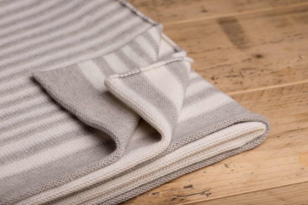 gestreifte Decke mit Zebramuster aus 100% Merinowolle