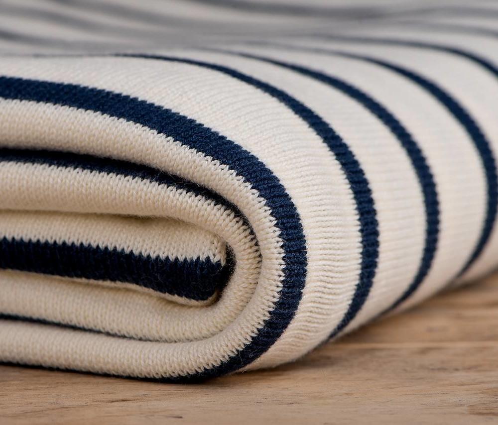 gestreifte tagesdecke aus biobaumwolle wei dunkelblau luxus. Black Bedroom Furniture Sets. Home Design Ideas
