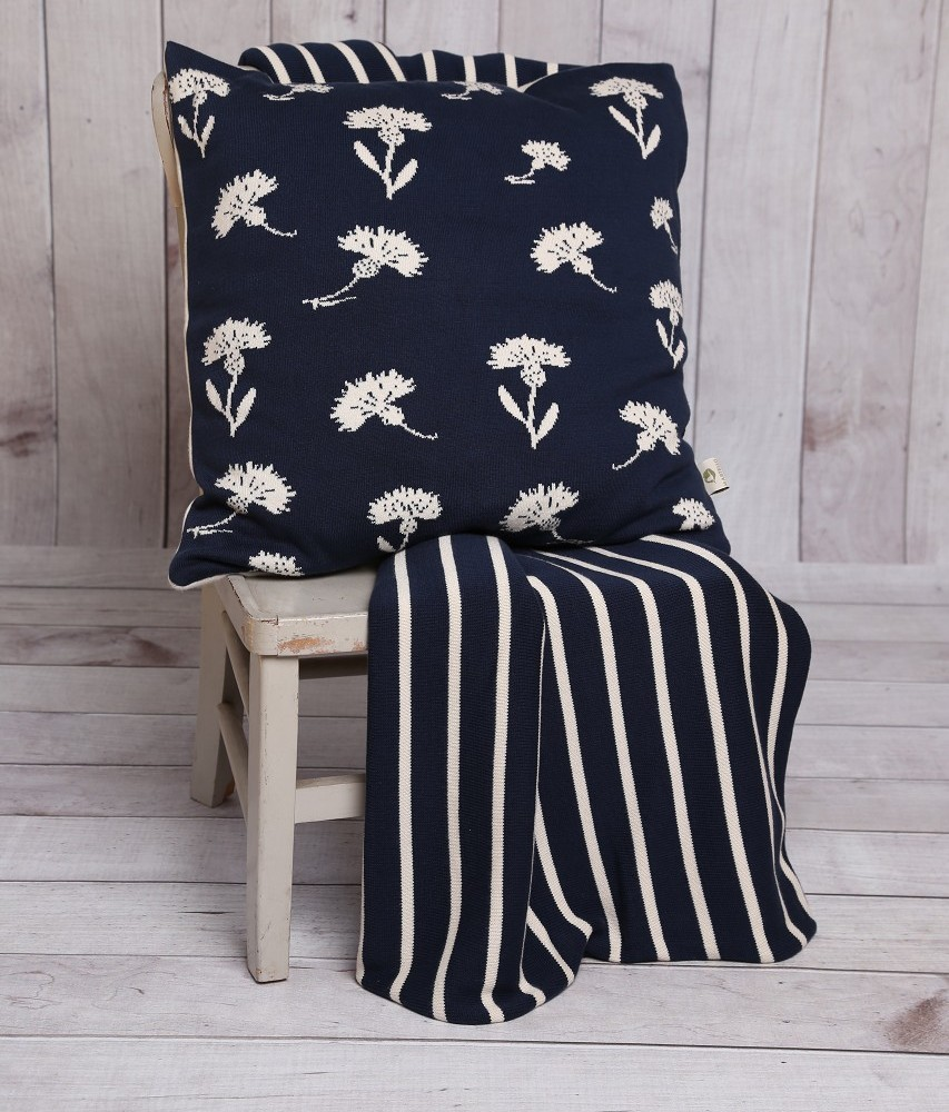 kissen aus biobaumwolle mit kornblumen ecru dunkelblau luxus. Black Bedroom Furniture Sets. Home Design Ideas